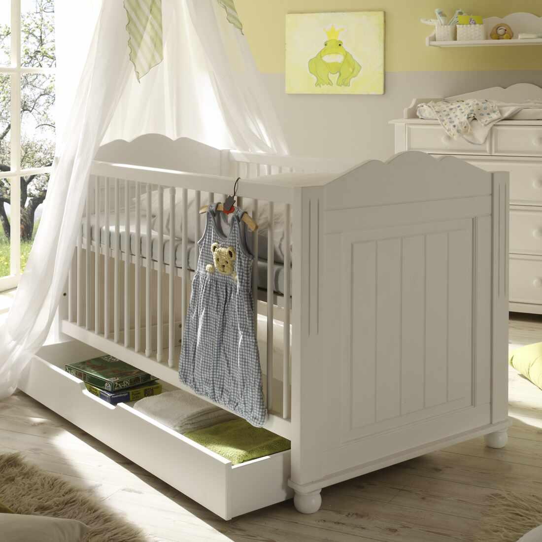 Patut din lemn de pin si pal, cu sertar pentru bebe Pallas Junior Alb, 140 x 70 cm la pret 2451 lei
