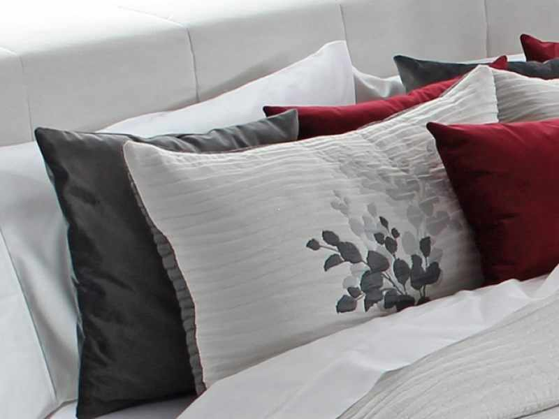 Perna decorativa LESLY gri, dimensiune 50 cm x 70 cm la pret 153 lei