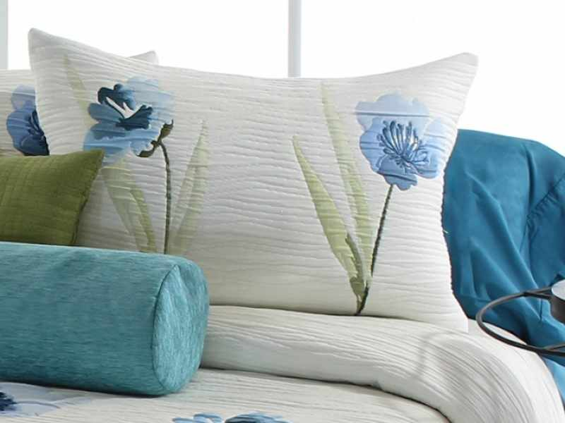 Perna decorativa OKARA albastru, dimensiune 50 cm x 70 cm la pret 153 lei