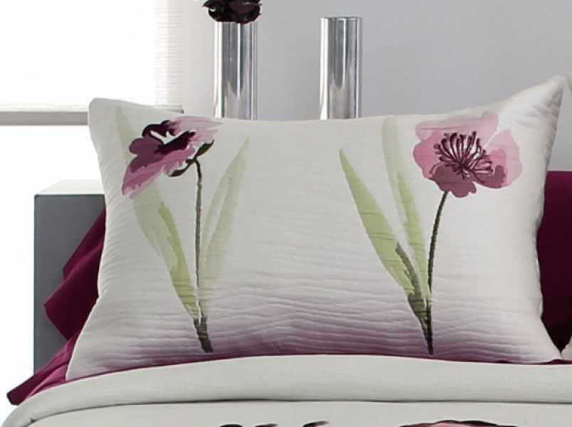 Perna decorativa OKARA roz, dimensiune 50 cm x 70 cm la pret 153 lei